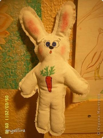 Вот такой примитивный зайчик у меня родился :) просто нарисовала,сшила по контуру,заправила его синтепоном. Потом покрасила белым акрилом с добавлением ПВА и раскрасила.