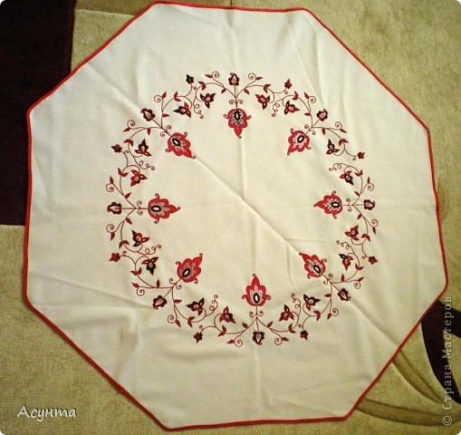 Решила как-то маме в подарок вышить небольшую скатерть для чайного столика восьмиугольной формы. И вот что получилось. фото 1