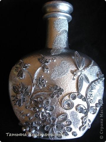Попыталась декорировать бутыку квиллингом, покрыла эмалью серебряной из баллончика. Получилось как-то странновато, по-моему.... А Вы как считаете, уважаемые Мастера и Мастерицы? фото 1