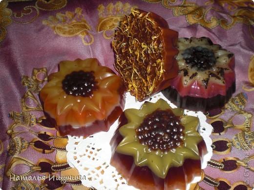 """новые силиконовые формы!  В каждый """"цветок"""" добавила разные скрабы. Тут, внутри, запаренная кукурузная крупа фото 2"""