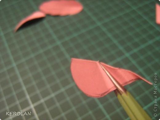 предлагаю небольшой мастер класс-как сделать листочки для работ в квиллинге. Дело в том, что просматривая работы у девочек, я обнаружила, что рядом с прекрасно выполненными цветами лежат листочки , хорошо вырезанные, но жилки прорисованы фломастером. Это не квиллинговые листья.  Для листьев мы применяем бумагу от 120 до 180 граммов, называется Вивальди или Митант сейчас появилась Фабриано. фото 12