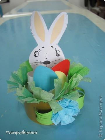 Зайка был в прошлом году где-то в интернете, как подставка под яйцо. Мы его уменьшили, на лист помещается 4 зайца. Дали в руки яички цветные.  фото 1