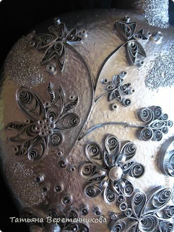 Попыталась декорировать бутыку квиллингом, покрыла эмалью серебряной из баллончика. Получилось как-то странновато, по-моему.... А Вы как считаете, уважаемые Мастера и Мастерицы? фото 2