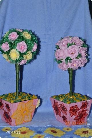 """вот такие деревья """"выросли"""" у меня для мам к празднику, они у меня первенцы ,даже жалко было дарить. цветы сделаны из нажелатиненой ткани, горшечки делала из пеноплпстовых лотков от печеньев, пробовала декупаж фото 1"""