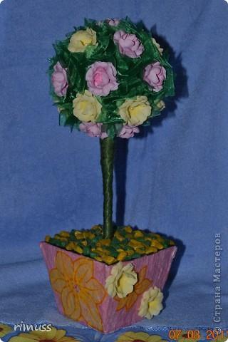 """вот такие деревья """"выросли"""" у меня для мам к празднику, они у меня первенцы ,даже жалко было дарить. цветы сделаны из нажелатиненой ткани, горшечки делала из пеноплпстовых лотков от печеньев, пробовала декупаж фото 2"""
