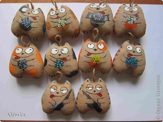 Вот таких котяток сделала к празднику коллегам по работе. Двое нижних - подарок мужчинам на 23 февраля. Они сначала даже не поняли, что это не покупные! Коты тонированы кофе+корица+ваниль+какао. Раскрашены акрилом для ткани. фото 1
