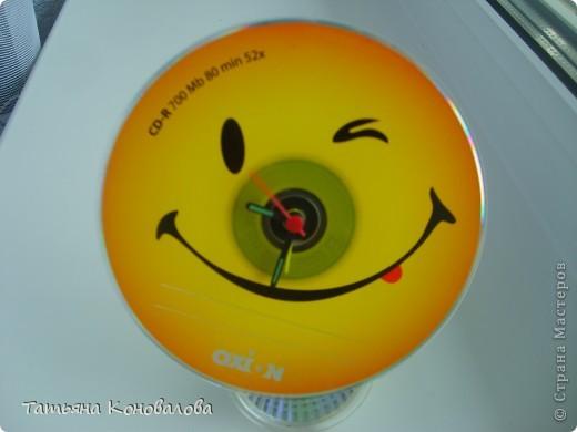 Случайно в магазине попался на глаза мне компьютерный диск с такой веселой рожицей! Тогда я махом переделала китайский будильник, который был безжалостно разобран и вытащен часовой механизм... А так как мой любимый цвет - желтый, то будильник теперь всегда у меня на виду фото 1