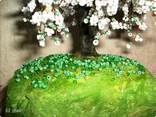 Дерево из бисера. Листики делала в круговой (французской) технике. Цветочки делала по МК http://stranamasterov.ru/node/127855?c=favorite_ фото 3