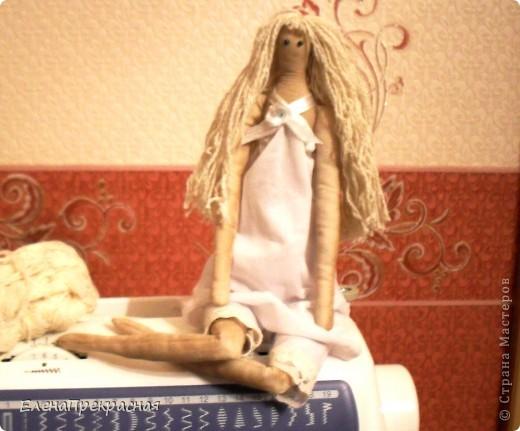 Готовится к выходу в свет моя вторая кукла-тильда. Это будет принцесса. Потому к её изготовлению подхожу очень тщательно. выкрасив ткань, решила, что этого будет недостаточно, и поэтому сверху уже набитой куклы нанесла ароматный слой кофе-корица с добавлением ПВА. Внутрь поместила маленькое сердечко. фото 3