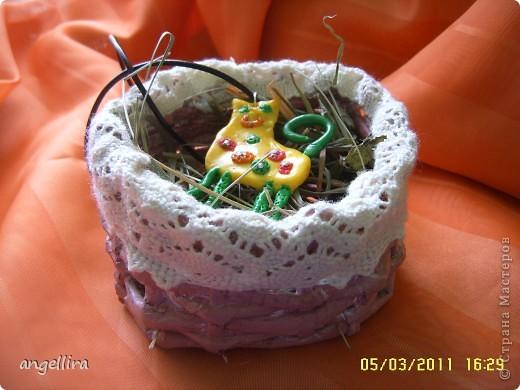 Приближается Пасха и многие хотят сделать что нибудь оригинальное для себя или в подарок своим близким. Я нашла вариант вот такой корзиночки. По этой ссылке можно скачать выкройку,я правда её уменьшила для одного яйца :) http://handmade.kharkov.ua/uroki-masterstva/pletenie/153-korzinka-dlya-pasxalnyh-jaic.html  фото 10