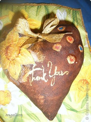 это сердечко,ооочень вкусно пахнущее было подарено Алишкиной учительнице на 8 марта :)маленькие сердечки тоже сделаны из салфетки. А надпись сделана штампиком и потом я подкорректировала :)