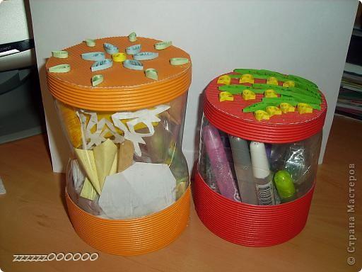 Баночки сделаны из пластиковых бутылок. Крышка и нижняя часть из гофрированного картона.