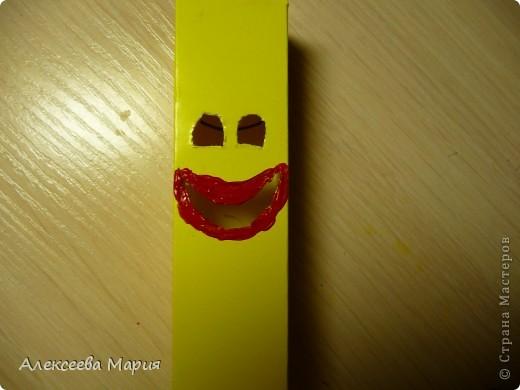 Вот такой весёлый клоун у меня получился!!!Если дёргать за белую полоску, то у клоуна будет меняться выражение лица. фото 12