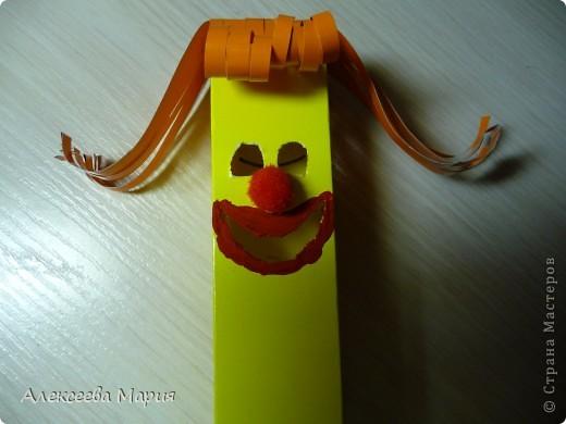 Вот такой весёлый клоун у меня получился!!!Если дёргать за белую полоску, то у клоуна будет меняться выражение лица. фото 15