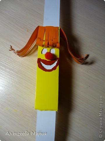 Вот такой весёлый клоун у меня получился!!!Если дёргать за белую полоску, то у клоуна будет меняться выражение лица. фото 17