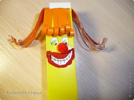 Вот такой весёлый клоун у меня получился!!!Если дёргать за белую полоску, то у клоуна будет меняться выражение лица. фото 18
