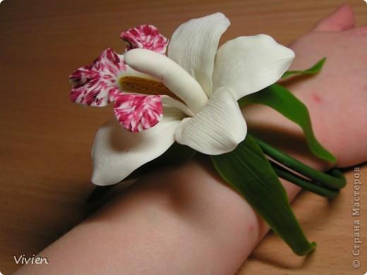 Ну вот и я вылепила орхидею. Сегодня курсы помогли, глина была супер, материалы все, какие нужно, Вообщем, красота! Я имею ввиду не свой цветок, а процесс-) Цветок можно использовать в качестве прихвата для штор, да и просто носить как браслетик, например, на свадьбу самое оно-) фото 2