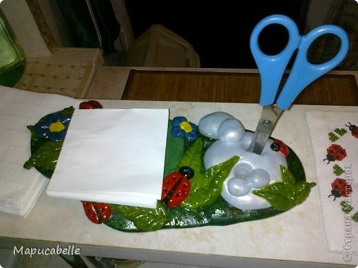 Мне на кухне очень не хватало чего-то компактного, удобного и красивого для хранения ручки, ножниц и листиков для записей. Так и родилась эта подставочка из соленого теста. фото 4