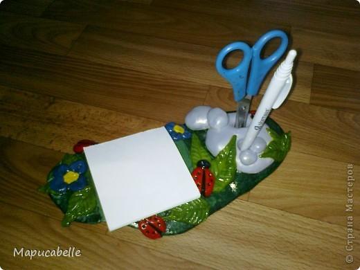 Мне на кухне очень не хватало чего-то компактного, удобного и красивого для хранения ручки, ножниц и листиков для записей. Так и родилась эта подставочка из соленого теста. фото 3