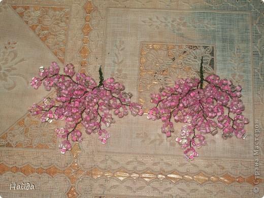 """в 2 мисочки розовый бисер разных оттенков в одну миску-мелкий,в другую крупный бисер так ветки не будут """"лысыми"""",да и дерево хочу крупное. проволока для бисера 0,3 мм сечением,зеленая. фото 2"""