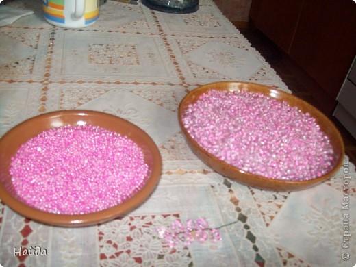 """в 2 мисочки розовый бисер разных оттенков в одну миску-мелкий,в другую крупный бисер так ветки не будут """"лысыми"""",да и дерево хочу крупное. проволока для бисера 0,3 мм сечением,зеленая. фото 1"""