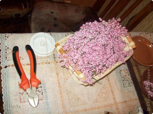 """в 2 мисочки розовый бисер разных оттенков в одну миску-мелкий,в другую крупный бисер так ветки не будут """"лысыми"""",да и дерево хочу крупное. проволока для бисера 0,3 мм сечением,зеленая. фото 3"""