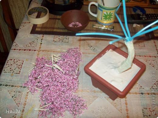 """в 2 мисочки розовый бисер разных оттенков в одну миску-мелкий,в другую крупный бисер так ветки не будут """"лысыми"""",да и дерево хочу крупное. проволока для бисера 0,3 мм сечением,зеленая. фото 4"""