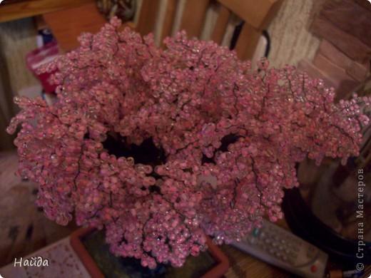 """в 2 мисочки розовый бисер разных оттенков в одну миску-мелкий,в другую крупный бисер так ветки не будут """"лысыми"""",да и дерево хочу крупное. проволока для бисера 0,3 мм сечением,зеленая. фото 10"""