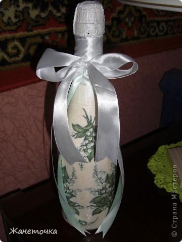 к 8-му марта во решила порадовать подружку Лену вот такой бутылочкой. Давно хотела что-то от декорировать ландышами...думаю как раз весна и получилось в тему) фото 1
