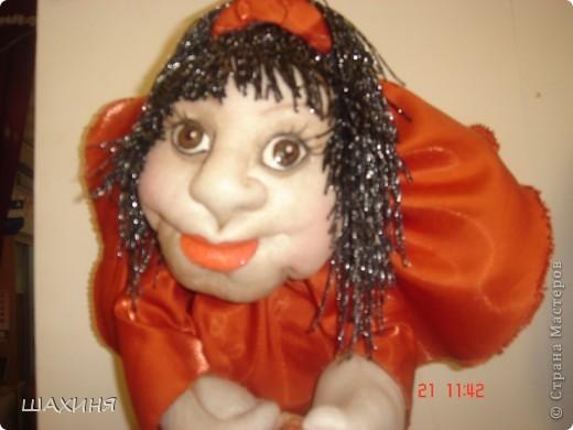 портретно-шаржевая кукла-удача. глаза сделаны из слепка глазного протеза человека, краска и лак акриловые.Волосы из нитяных штор с люрексом.