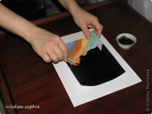 Для работы надо: лист акварельной бумаги, акварельные краски, кисточка, тушь, жидкое мыло, парафиновая свеча, деревяные пачолки для шашлыков или зубочистка.  1. Покрываем лист красками, чередую светлые и тёмные тона. фото 3