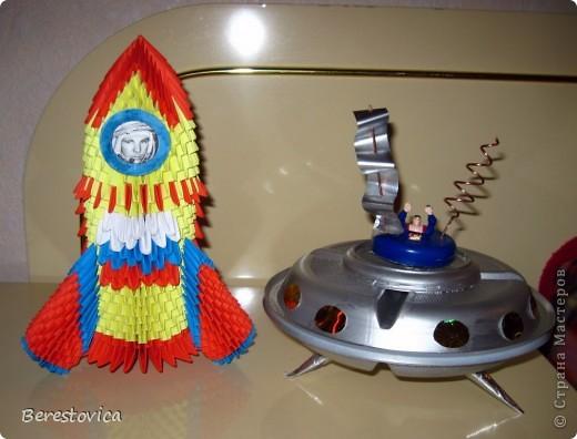 Вот такие космические аппараты мы сделали всей семьей за выходные. Сыну надо было что-то приготовить на конкурс в школу, вот и решили помочь ему.  Хоть к модульному оригами я немного остыла, ничего другого как ракету из модулей я придумать не смогла.  фото 1