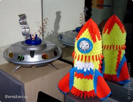 Вот такие космические аппараты мы сделали всей семьей за выходные. Сыну надо было что-то приготовить на конкурс в школу, вот и решили помочь ему.  Хоть к модульному оригами я немного остыла, ничего другого как ракету из модулей я придумать не смогла.  фото 2