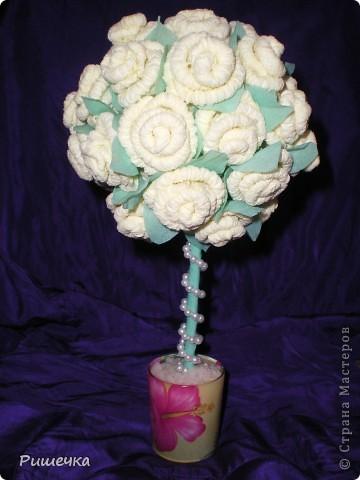 Ура, ура, наконец то и я сделала такое деревце!!! было ооочень не легко. Само деревце вставлено в пластилин и в стаканчик, сверху засыпано солью для ванн, теперь оно не только цветёт, но и пахнет.  фото 1