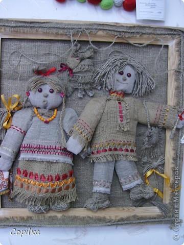 Мы с коллегами ездили в город Нижний Тагил,в детский дом.У нас был МК и круглый стол.Так вот,у них ИЗУМИТЕЛЬНЫЙ музей кукол!!!Ему около 30 лет,и там собрана великолепная коллекция мягкой игрушки,вязанной,какие-то невообразимо красивые панно!!Я щёлкнула сначала свою любимую мешковину фото 1