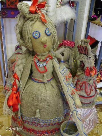 Мы с коллегами ездили в город Нижний Тагил,в детский дом.У нас был МК и круглый стол.Так вот,у них ИЗУМИТЕЛЬНЫЙ музей кукол!!!Ему около 30 лет,и там собрана великолепная коллекция мягкой игрушки,вязанной,какие-то невообразимо красивые панно!!Я щёлкнула сначала свою любимую мешковину фото 5