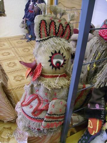 Мы с коллегами ездили в город Нижний Тагил,в детский дом.У нас был МК и круглый стол.Так вот,у них ИЗУМИТЕЛЬНЫЙ музей кукол!!!Ему около 30 лет,и там собрана великолепная коллекция мягкой игрушки,вязанной,какие-то невообразимо красивые панно!!Я щёлкнула сначала свою любимую мешковину фото 6