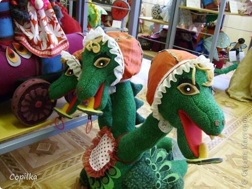 Мы с коллегами ездили в город Нижний Тагил,в детский дом.У нас был МК и круглый стол.Так вот,у них ИЗУМИТЕЛЬНЫЙ музей кукол!!!Ему около 30 лет,и там собрана великолепная коллекция мягкой игрушки,вязанной,какие-то невообразимо красивые панно!!Я щёлкнула сначала свою любимую мешковину фото 13