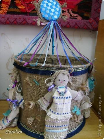 Мы с коллегами ездили в город Нижний Тагил,в детский дом.У нас был МК и круглый стол.Так вот,у них ИЗУМИТЕЛЬНЫЙ музей кукол!!!Ему около 30 лет,и там собрана великолепная коллекция мягкой игрушки,вязанной,какие-то невообразимо красивые панно!!Я щёлкнула сначала свою любимую мешковину фото 8