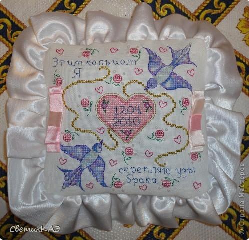 Подушечку вышила в подарок ко Дню Свадьбы моего братишки. Схема взята из журнала. Вышивка выполнена меланжевыми, атласными и металлизированными нитями, украшена бисером и лентами. Колечки надеваются на бантики. фото 1