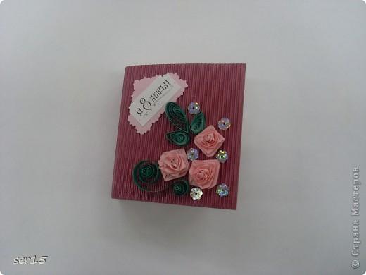 Ну, вот мы стоим с подарками девочек. Кеды сделаны руками девочек. Они их сделали нам на 23 февраля! Туда они положили конфеты и жвачки, а в придачу подарили наклейки. Кеды взяли у allasol. Вот адрес  http://stranamasterov.ru/node/68108. фото 5