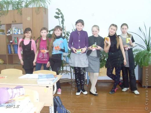 Ну, вот мы стоим с подарками девочек. Кеды сделаны руками девочек. Они их сделали нам на 23 февраля! Туда они положили конфеты и жвачки, а в придачу подарили наклейки. Кеды взяли у allasol. Вот адрес  http://stranamasterov.ru/node/68108. фото 3