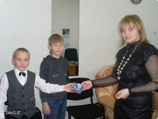 Ну, вот мы стоим с подарками девочек. Кеды сделаны руками девочек. Они их сделали нам на 23 февраля! Туда они положили конфеты и жвачки, а в придачу подарили наклейки. Кеды взяли у allasol. Вот адрес  http://stranamasterov.ru/node/68108. фото 11