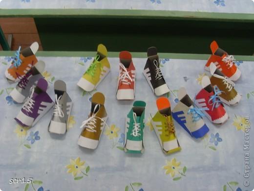 Ну, вот мы стоим с подарками девочек. Кеды сделаны руками девочек. Они их сделали нам на 23 февраля! Туда они положили конфеты и жвачки, а в придачу подарили наклейки. Кеды взяли у allasol. Вот адрес  http://stranamasterov.ru/node/68108. фото 2