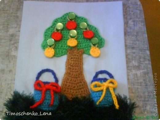 Начала делать развивающую книжку для сына.  Яблочки снимаются с пуговиц и раскладываются в корзинки с соответствующими по цвету бантиками. Бантики можно завязать и развязать. Игра развивает мелкую моторику, изучаем цвета, считаем.  фото 1