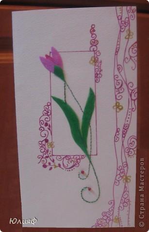 Представляю Вам мою новую открытку - повторюшку. Подарили мне когда-то на 8 марта подобную открытку. Попробовала ее воспроизвести своими силами. Итак, материалы: основа - бумага акварельная. Рисунок - ручка гелевая перламутровая. Нитки люрекс, бисеринки, золотой контур Декола. Цветы и листья - нарисованы на пленке, раскрашены перламутровыми акриловыми красками, вырезаны и приклеены.  фото 1