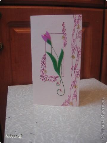 Представляю Вам мою новую открытку - повторюшку. Подарили мне когда-то на 8 марта подобную открытку. Попробовала ее воспроизвести своими силами. Итак, материалы: основа - бумага акварельная. Рисунок - ручка гелевая перламутровая. Нитки люрекс, бисеринки, золотой контур Декола. Цветы и листья - нарисованы на пленке, раскрашены перламутровыми акриловыми красками, вырезаны и приклеены.  фото 2