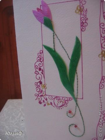 Представляю Вам мою новую открытку - повторюшку. Подарили мне когда-то на 8 марта подобную открытку. Попробовала ее воспроизвести своими силами. Итак, материалы: основа - бумага акварельная. Рисунок - ручка гелевая перламутровая. Нитки люрекс, бисеринки, золотой контур Декола. Цветы и листья - нарисованы на пленке, раскрашены перламутровыми акриловыми красками, вырезаны и приклеены.  фото 4