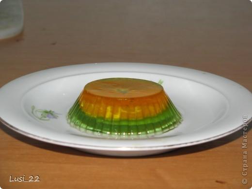 Желе киви с мандаринкой. На дно формочки положила дольку мандаринки. Залила немного желе, чтоб покрыло мандаринку. Когда схватится, можно долить нужное количество желе. если этого не делать, мандаринка просто всплывёт наверх. фото 4