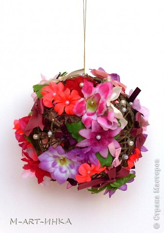 Розовый шар в бантах и цветах фото 1